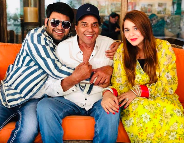 Kapil-Sharma-and-Wife-Ginni-Chatrath-dharmendra-posing-for-picture-latest-entertainment-news-india