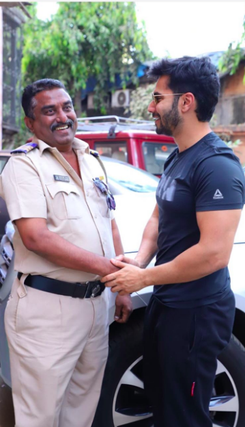 bollywood-actor-varun-dhawan-shaking-police-officer-hand