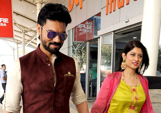 tv-star-Gaurav-Chopra-with-his-wife-at-the-airport-wikimedia-entertainments-saga