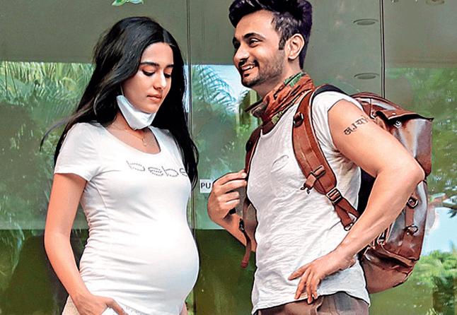 rj-anmol-amrita-rao-pregnant-bollywood-hot-gossips-online