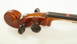 Bild einer Geige mit der die Klassenstreicher Musizieren lernen