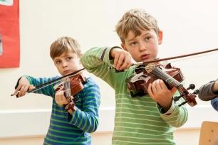 Klassenstreicher-ueben-Kinder-musisch-foerdern