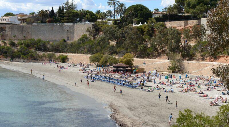 Disfrutar de la playa de arena dorada de la caleta