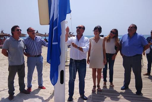 El alcalde de Orihuela  sube la bandera azul en la playa de La Glea