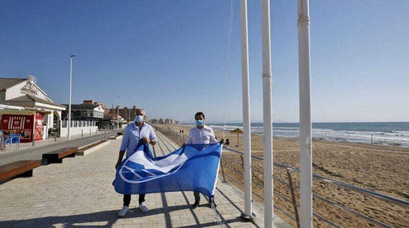 subida de la bandera en la playa de la mata