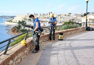 Comienzan los trabajos de limpieza de acantilados en Orihuela Costa