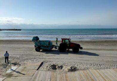 La Concejalía de Limpieza Viaria y RSU intensifica la limpieza en las playas  y paseos marítimos de Orihuela  Costa