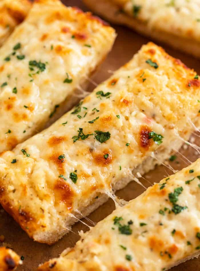 BEST-Cheesy-Homemade-Garlic-Bread--1