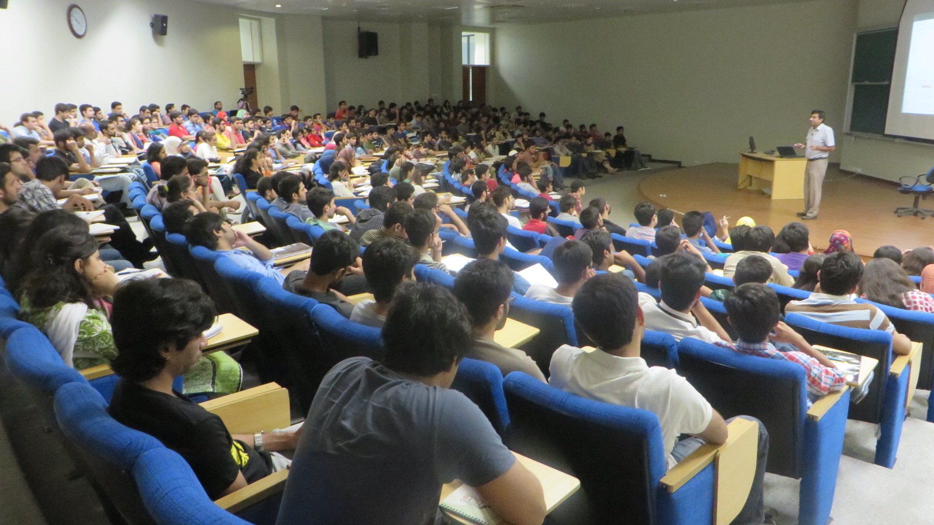 Dr. Sabieh welcomes batch 2019 to Physlab