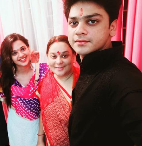 Shruti sharma mother
