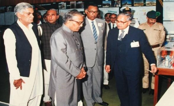 Dr. Munir briefing President Zia-Ul-Haq