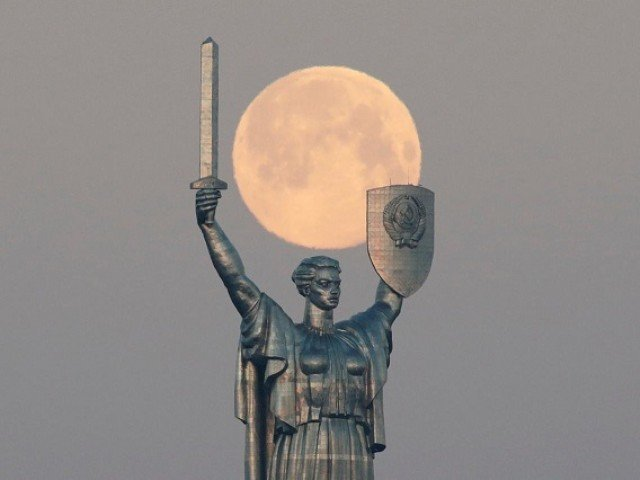 This picture, that was captured in central Kiev, Ukraine, shows the pink supermoon looking as magnificent as the monument in foreground. Photo by Reuters