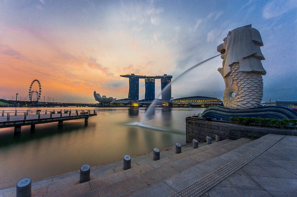 1200px-Rear_view_of_the_Merlion_statue_at_Merlion_Park,_Singapore,_with_Marina_Bay_Sands_in_the_distance_-_20140307