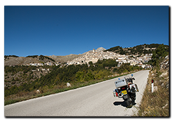 Aprilia Caponord ETV1000 Rally-Raid just below Castel del Monte