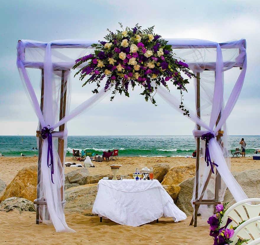 wedding-beach-decor-ocean-purple-flowers-love-marriage-tiers-decoration