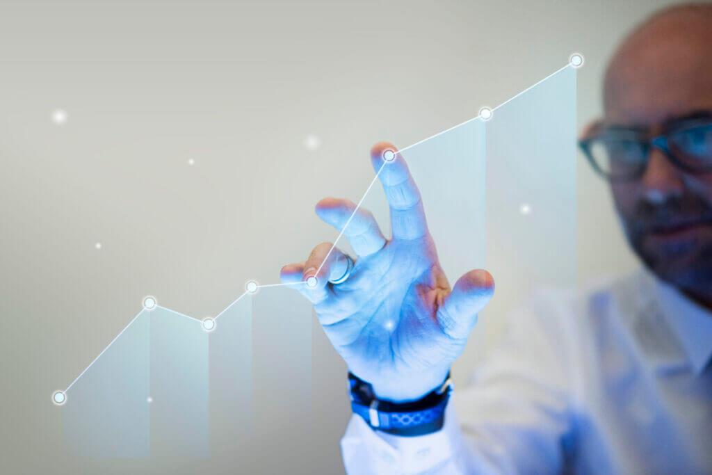 businessman-pointing-his-finger-to-a-growth-graph-scaled-1-1024x683 Przemysł 4.0: dlaczego Twoja fabryka powinna się cyfryzować