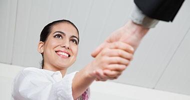 TRIDA tillit, kvinna som skakar hand