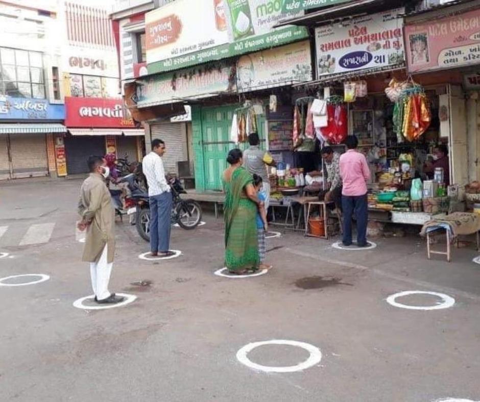 ગુજરાતમાં લારી, ગલ્લા અને દુકાનોએ ફરી પાછાં સોશિયલ ડિસ્ટન્સિંગનાં કુંડાળાં ફરજિયાત, ઘોડો છૂટ્યા પછી તબેલાને તાળાં મારવાની સરકારી કવાયત