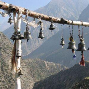 Aan de buitenzijde van Tibentaanse tempels werden windklokken gehangen om welwillende geesten aan te trekken.