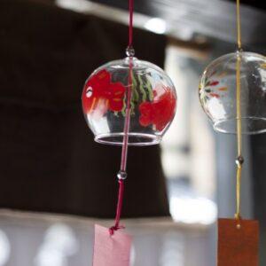 De windgong verscheen voor het eerst in prive-woningen in China en Japan , waar ze werd beschouwd als een decoratieve kunst.
