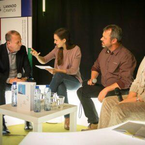 Carmien Michels modereert het rondetafelgesprek met Kurt Van Eeghem, Bernadette Van Hulle en Jos Maes.