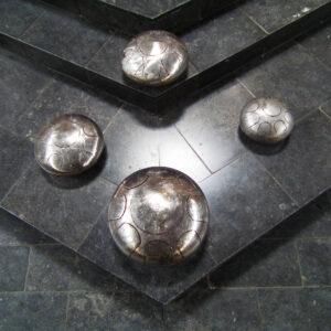 De weerspiegeling van de hoogglanzende bollen zorgt voor verbinding: zowel visueel als spiritueel.Het reflecterende karakter van de bol zorgt voor dialoog, past zich aan de omgeving aan en vraagt om interactie.