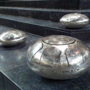 Meditatieve workshops worden aangeboden voor groepen We kiezen er bewust voor om elementen die verwijzen naar verleden van gasfles niet te verwijderen. Deuken, namen van producenten, elk instrument heeft een unieke geschiedenis.