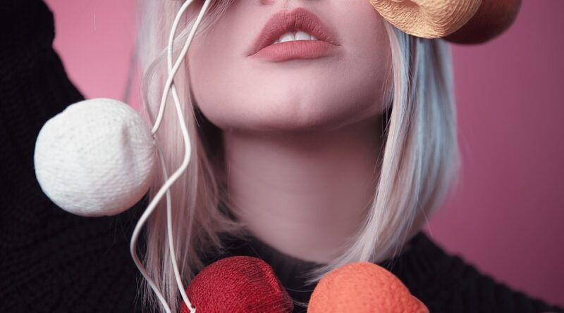 tearing of the lips is very painful. Many times they start coming to the blood and have to suffer from pain. One thing that is difficult is that if the lip balm, lotion or lipstick etc. are left on the lips, then the dust mites increase these problems even more.