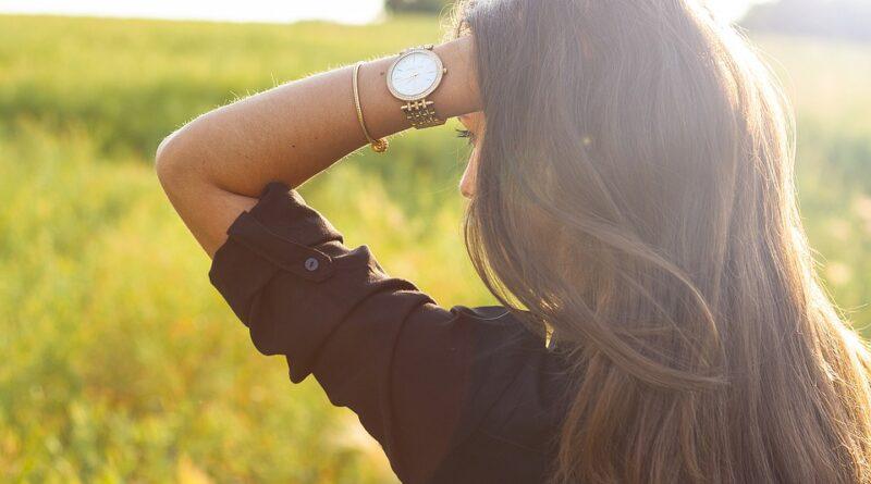 आज की व्यस्त और अनहैल्दी जीवनशैली में बालों का झड़ना बहुत आम है। पुरुष हो या महिला, बाल झड़ना एक समस्या है जिसका सामना हर किसी को करना पड़ता है। पुरुषों की तरह महिलाओं में, बालों के झड़ने का सबसे संभावित कारण एंड्रोजेनिक अलोपेसिया (AGA) है। माना जाता है कि महिला के AGA का मुख्य कारण एंड्रोजेनिक (पुरुष) हार्मोन के उत्पादन और बालों के रोम पर उनके प्रभाव से संबंधित है – वही एंड्रोजेनिक अलोपेसिया (पुरुष पैटर्न गंजापन) के लिए जिम्मेदार सबसे प्रमुख कारण है।
