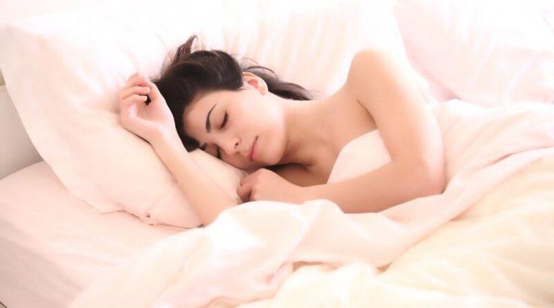 यदि आप थके हुए हैं, तो कुछ अतिरिक्त आराम पाने के लिए अंतराल एक अच्छा तरीका है, लेकिन झपकी का बहुत लंबा होना रात में नींद को कठिन बना देगा। सबसे अच्छा होता है जब आप झपकी 20 मिनट से कम लेते हैं। इससे अधिक लंबे समय तक सोने से रात में सोने में बाधा उत्पन्न हो सकती है। ज्यादा आराम के लिए एक शांत, अंधेरे कमरे में झपकी लें। दिन में बहुत देर तक झपकी लेने से बचें क्योंकि यह रात के आराम को भी नकारात्मक रूप से प्रभावित कर सकता है।