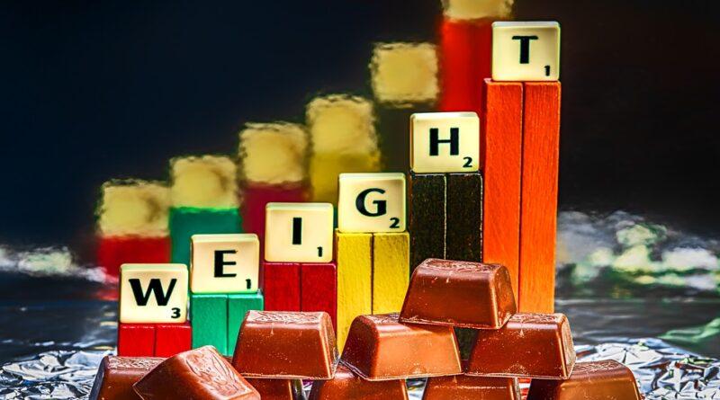 हमारे शरीर का वजन ऊर्जा की मात्रा से निर्धारित होता है जिसे हम भोजन के रूप में लेते हैं और ऊर्जा की एक निश्चित मात्रा हम अपने दिन की गतिविधियों में खर्च करते हैं। ऊर्जा को कैलोरी में मापा जाता है। यदि आपका वजन स्थिर रहता है, तो यह एक संकेत है कि आप उतनी ही मात्रा में कैलोरी ले रहे हैं जो आप रोजाना जलाते हैं। यदि आप धीरे-धीरे समय के साथ वजन बढ़ा रहे हैं, तो यह संभावना है कि आपके कैलोरी का सेवन आपके दैनिक गतिविधियों से अधिक है।