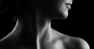 World Cancer Day: If you are struggling with these neck problems, seek the advice of a gender specialist immediately. गले का कैंसर, कैंसर का एक रूप है जिसका प्रारंभिक अवस्था में पता लगाना मुश्किल होता है। सामान्यतः गले का कैंसर तब शुरू होता है जब घातक ट्यूमर गला या टॉन्सिल क्षेत्र में बनता है। प्रारंभिक चरण में, गले का कैंसर गले के क्षेत्र को प्रभावित करता है और ट्यूमर के बढ़ने पर व्यक्ति की बोलने या निगलने की क्षमता को प्रभावित होती है। खराब स्थितियों में यह अन्य अंगों जैसे फेफड़ों के कैंसर का कारण भी बन सकता है।