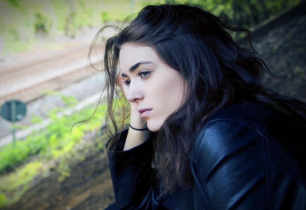 अकसर हम देखते हैं कि हमारे आस-पास लोग परेशानियों का सामना कर रहे होते हैं, कई बार हम खुद कुछ परेशानियों से घिर जाते हैं। ऐसी परिस्थिती में हम चिंता को अपने दिमाग में घर बनाने का मौका देते हैं। जोकि बिल्कुल भी सही नहीं है। परेशानियां सभी के जीवन में आती हैं, लेकिन इसका मतलब यह नहीं है कि आप उनको चिंता का कारण बना लें। चिंता करने से आप अपने शरीर का बहुत नुकसान करते हैं।