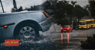 बारिश का मौसम शुरू हो गया है। इन दिनों सड़कों पर पानी और कई बार गड्ढ़ों का भी सामना करना पड़ सकता है। अपनी कार को सही देखभाल देना आपकी जिम्मेदारी होती है। बरिशों में कार की सही देखभाल सबसे ज्यादा जरूरी होती है।