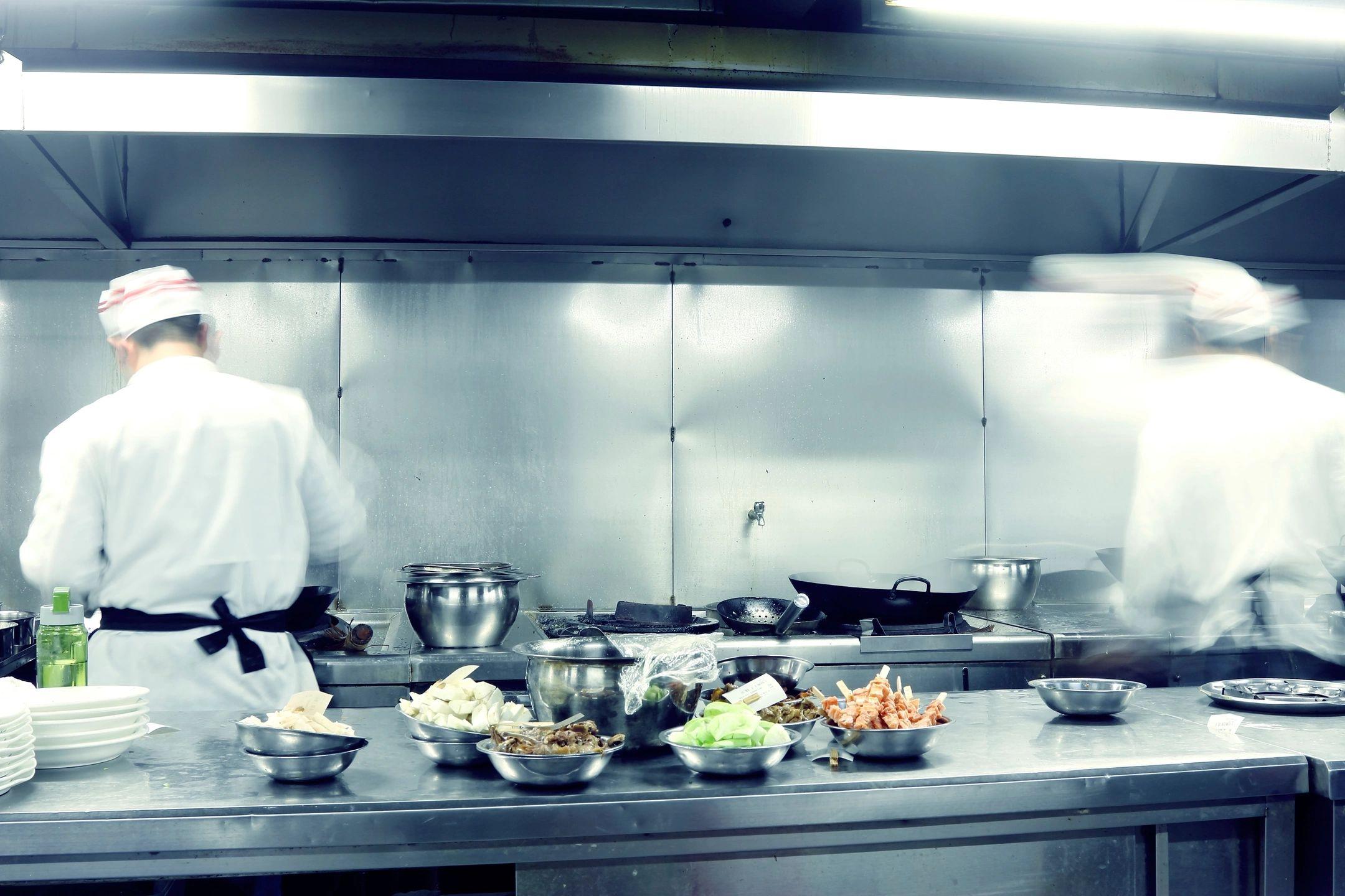kokke i køkkenet