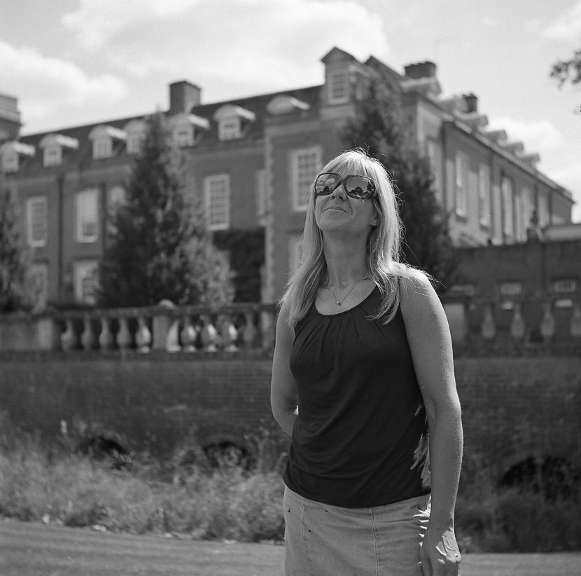 yashica 635 tlr ilford fp5 120 medium format portrait classic outdoor woman summer southill park crowthorne berskhire