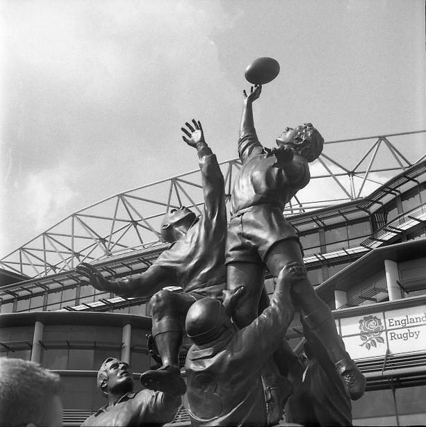 Yashica 44 TLR rerapan 100 127 format film b&w twickenham rugby statue street