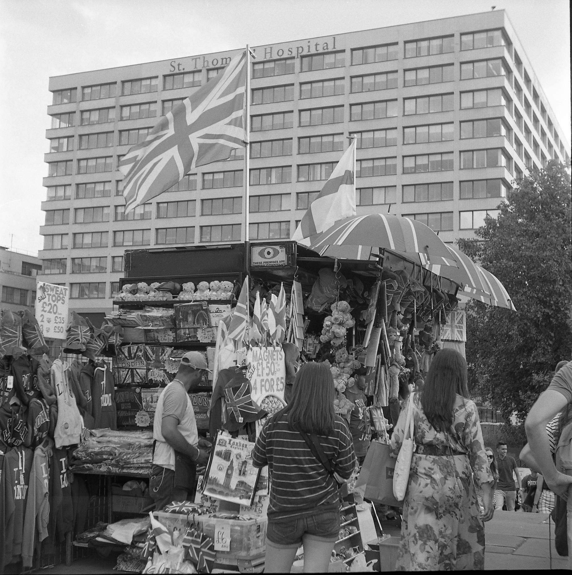 yashica 44 tle rerapan london street black white film tourist stall union jack