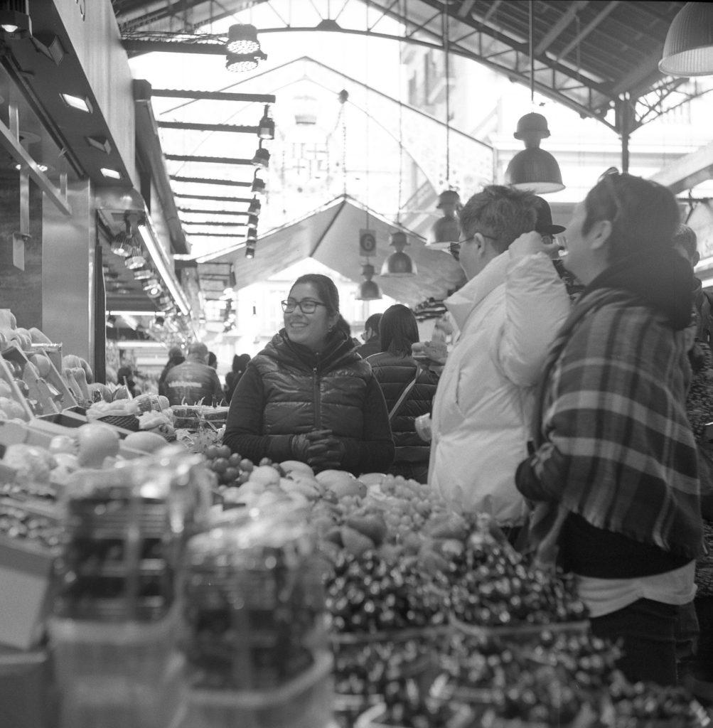 yashica 635 tlr ilford hp5 barcelona boqueria market street black white film 120 medium format people fruit indoor