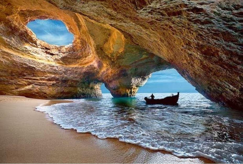 Algarve Bölgesindeki Benagil Mağaraları