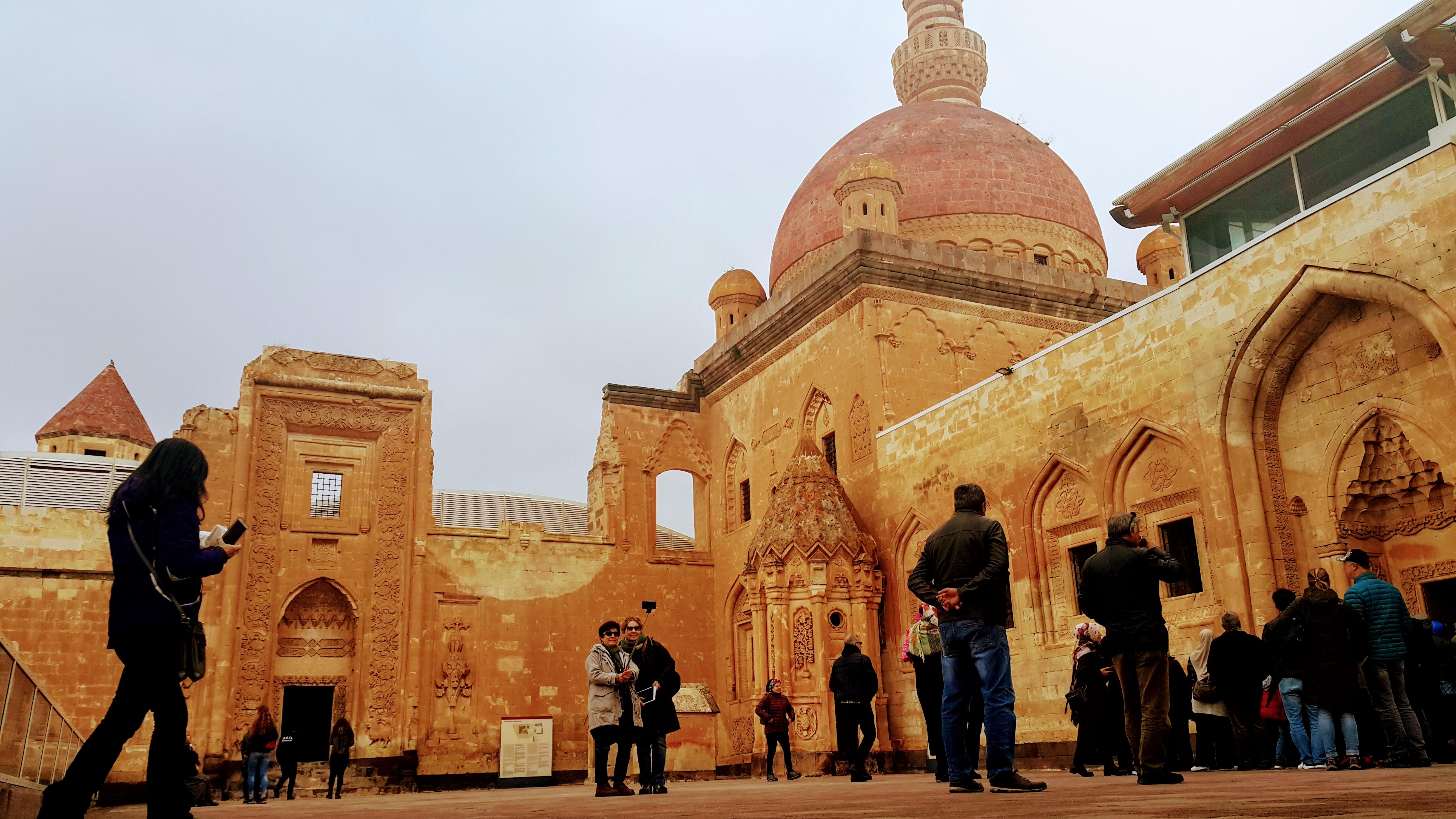 Van'da gezilecek yerler; Doğubayazıt İshak Paşa Sarayı