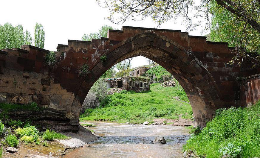 Ahlat 'ta Gezilecek Yerler Emir Bayındır Köprüsü