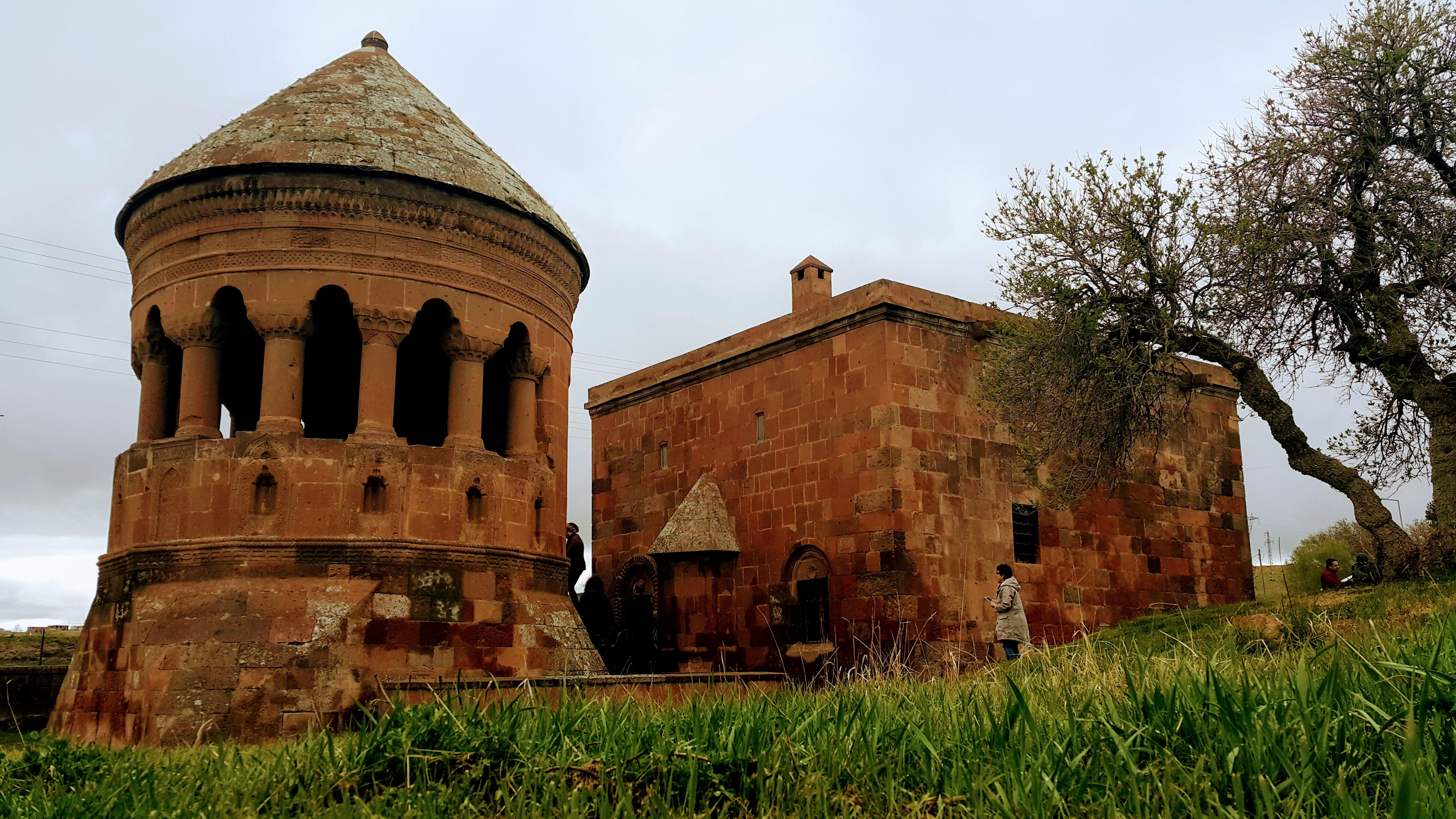 Ahlat 'ta Gezilecek Yerler; Ahlat Emir Bayındır Kümbeti ve Camii