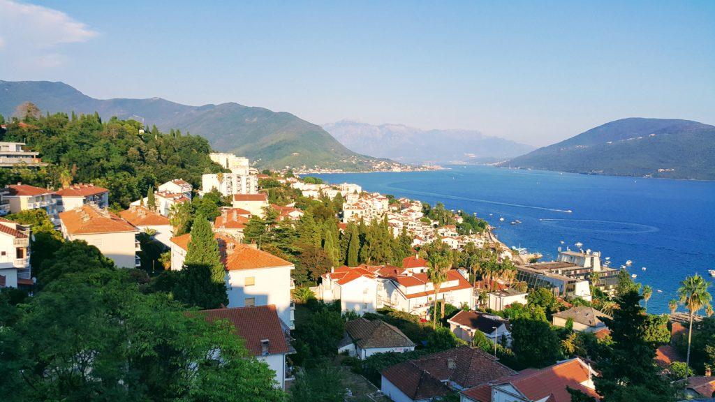 Kanlı Kule 'den Old Town Herceg Novi ve Kotor Körfezi Görünümü