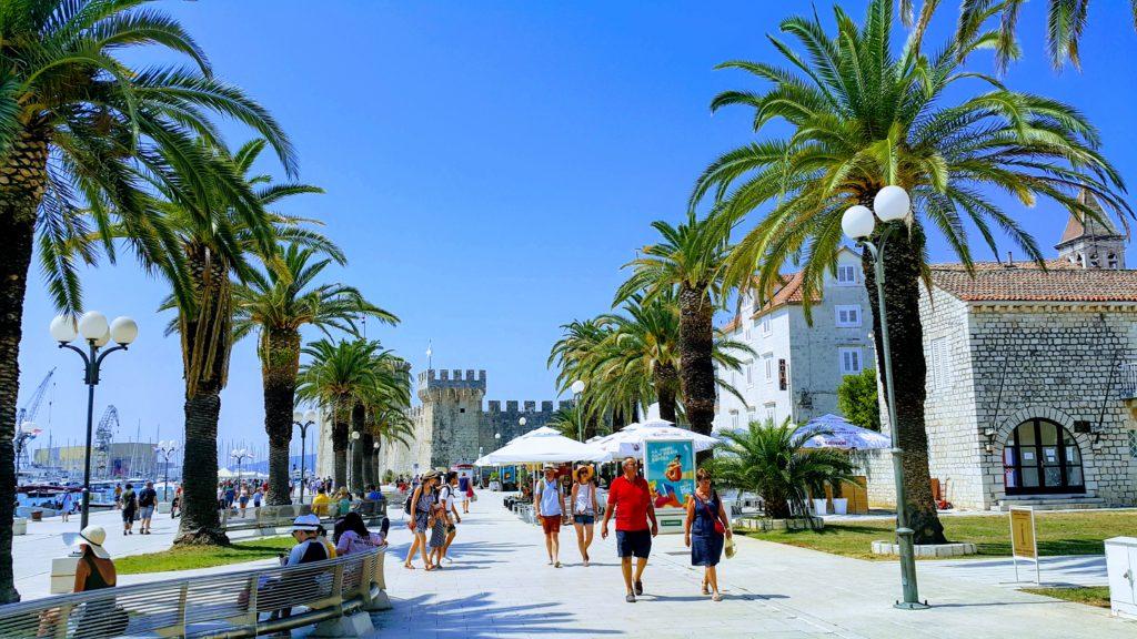 Old Town Trogir 'de; Riva Kordunu, Geride Kamerlengo Kalesi, Sağda Kemeraltı Saat Kulesi