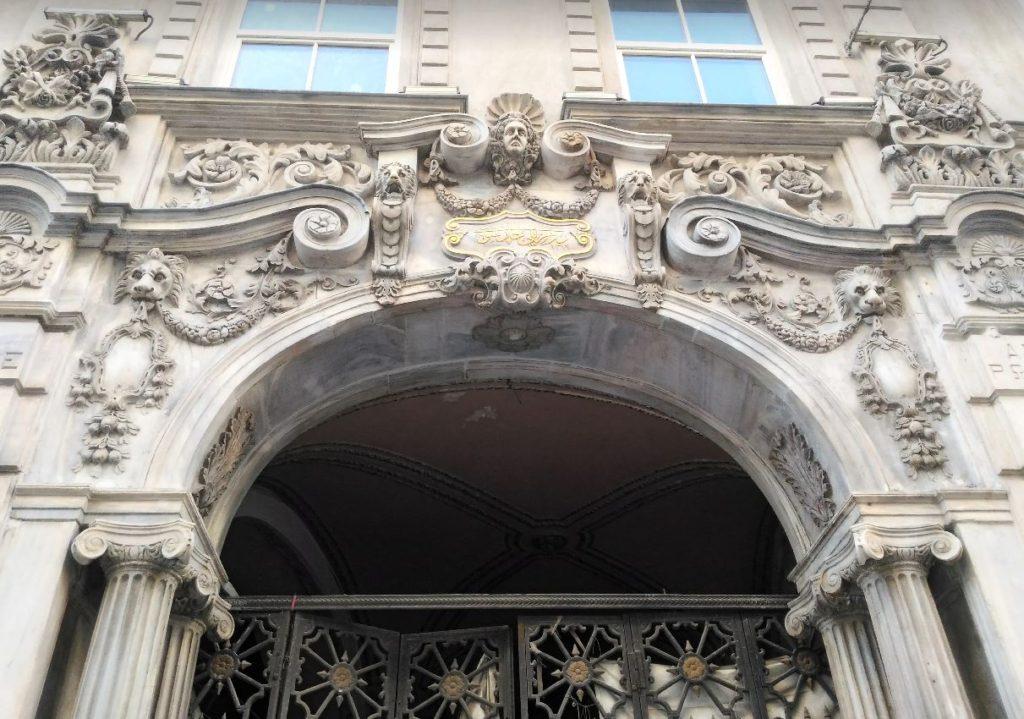 İstiklal Caddesi Tarihi Binalarından, Rumeli Han Girişi