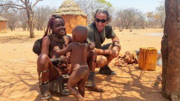 Yerel Giysileriyle Himba Kadını ve Bebeği