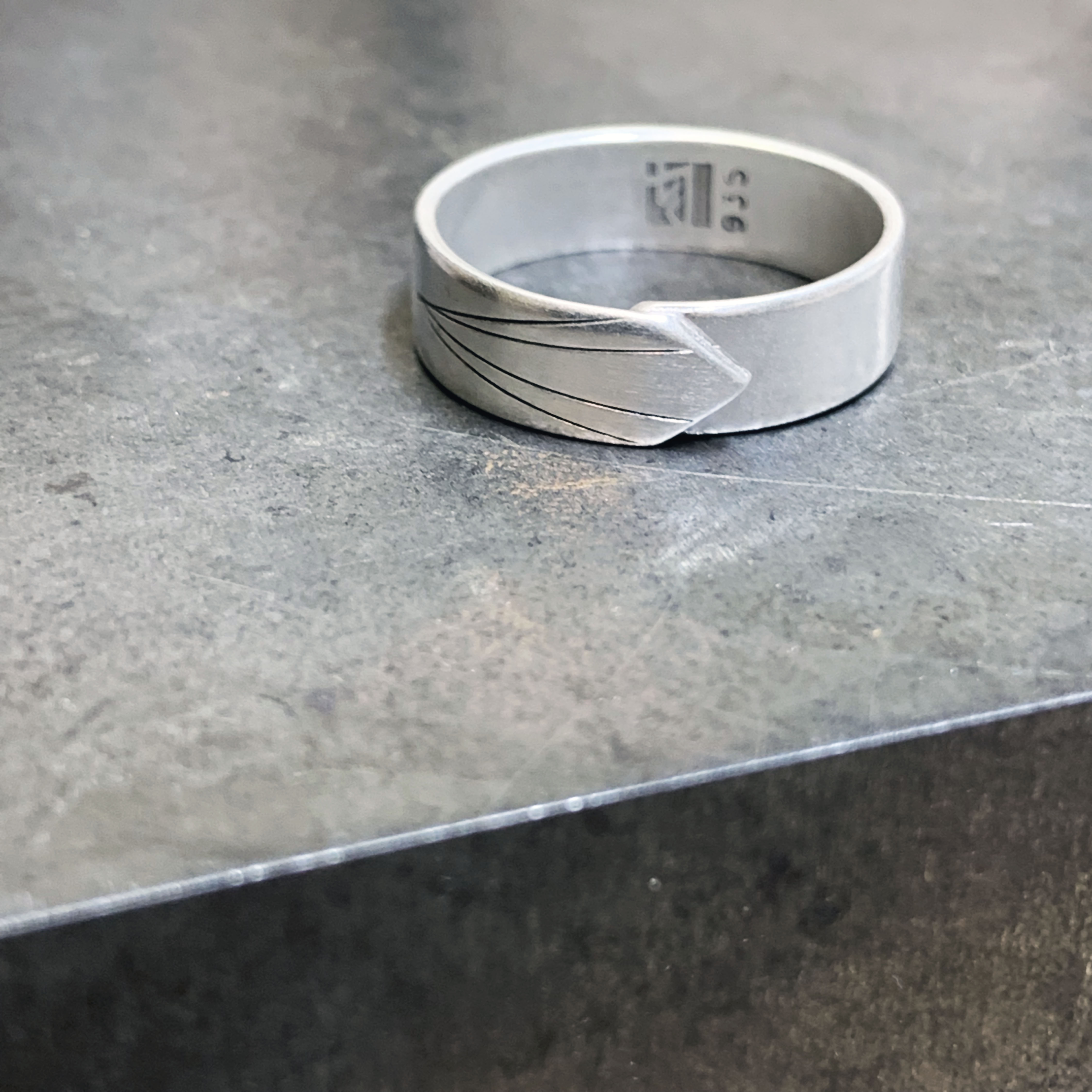 Skinny version New beginning silver ring – Focus