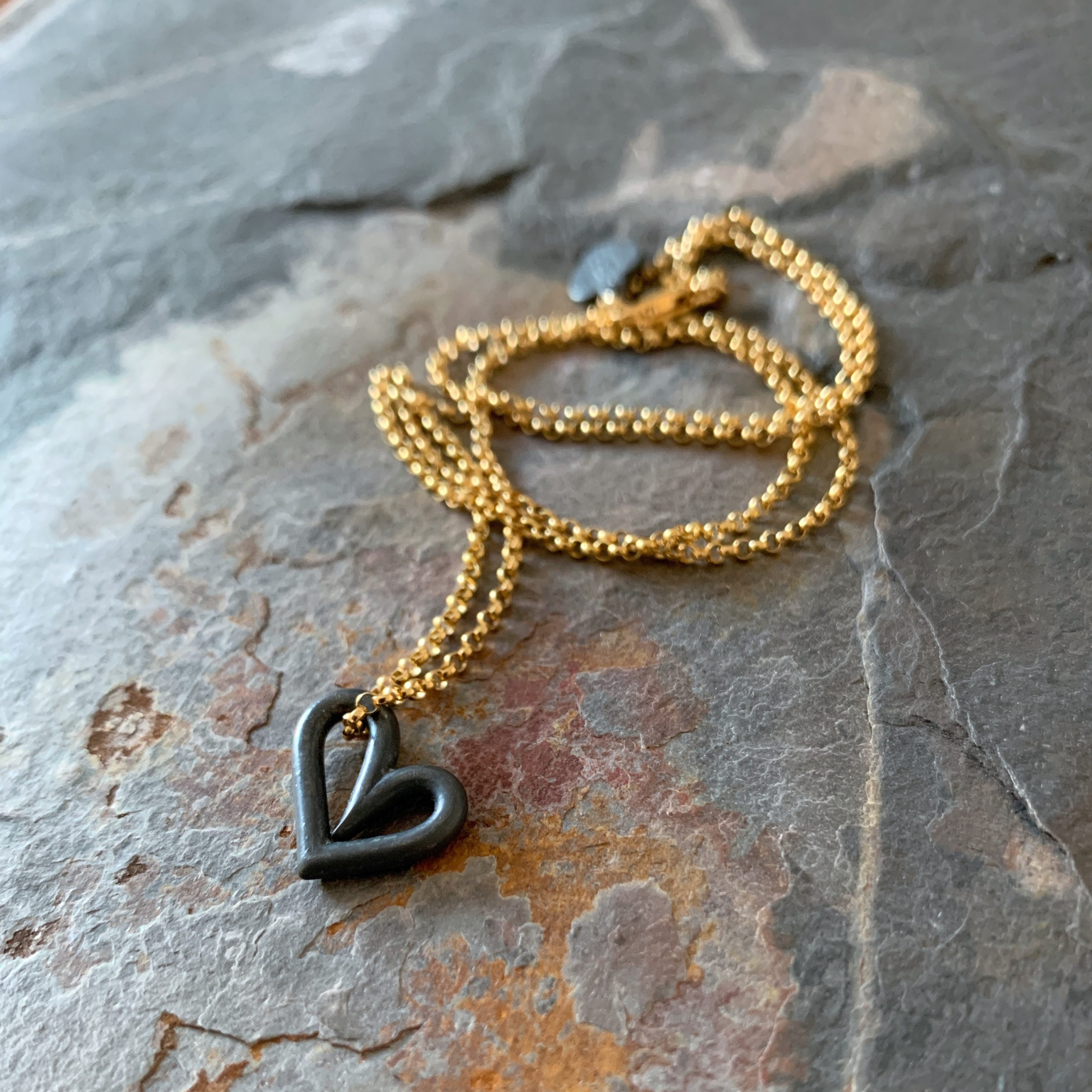 Heartbeats floating black heart necklace no1