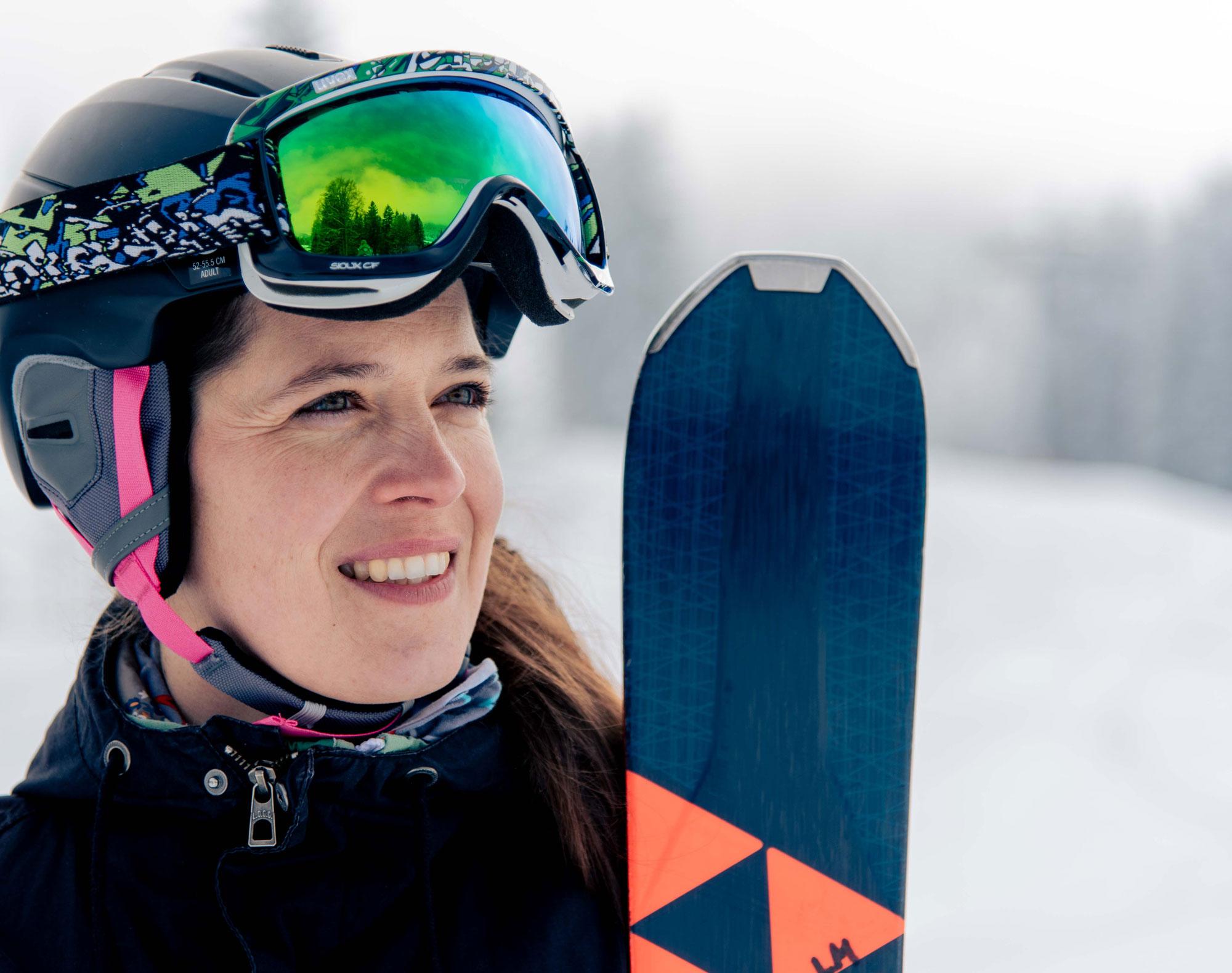 Katrin mit Helm und Ski